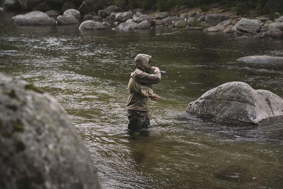 Mann, der im Fluss angelt