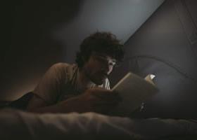 Mann, der in seinem Kastenwagen liest