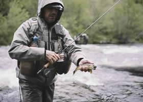 Mann genießt Fliegenfischen