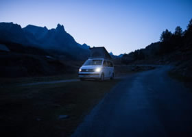 Un campervan de location la nuit